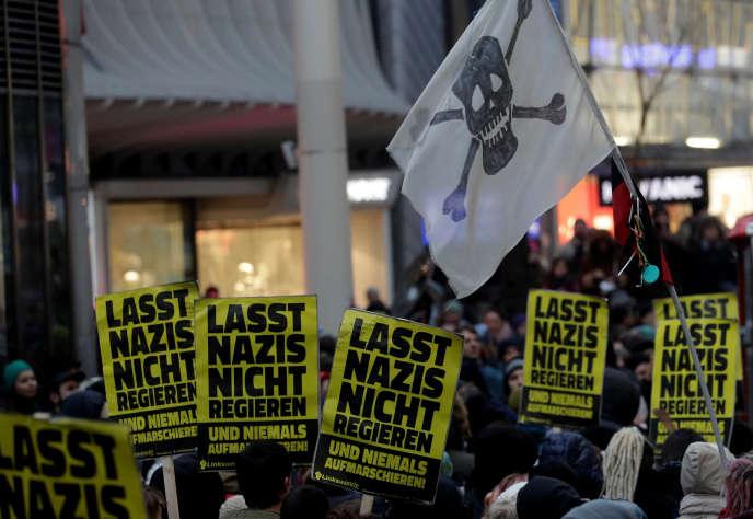 Lors d'une manifestation contre l'extrême droite, à Vienne, le 13 janvier. « Ne laissez pas les nazis au gouvernement», peut-on lire sur ces pancartes.