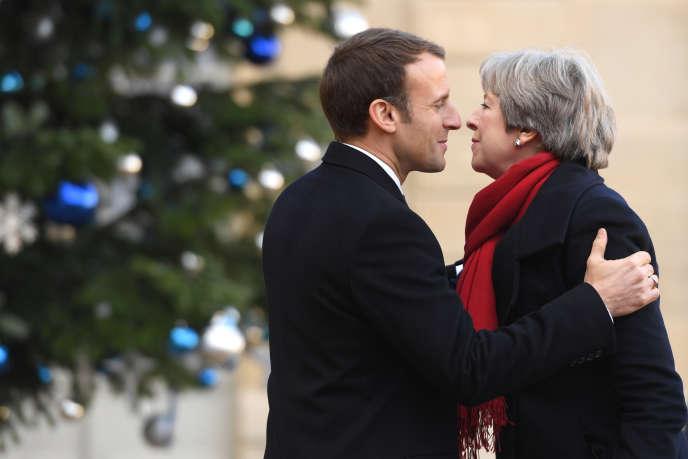 Emmanuel Macron accueillant la première ministre britannique Thérésa May, à Paris, lors du Sommet pour la planète, le 12 décembre.
