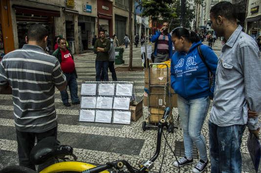 Des gens regardent des offres d'emploi à Sao Paulo, en juin 2017.
