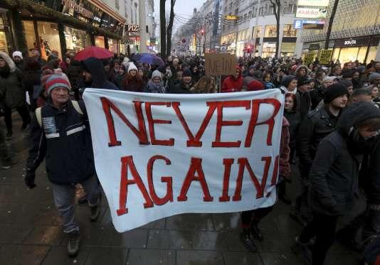 « Plus jamais», dit cette banderole tenue par des manifestants autrichiens, le 13 janvier, à Vienne.