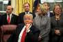 Donald Trump lors d'une cérémonie officielle dans le bureau ovale de la Maison Blanche, à Washington, le 10 janvier.
