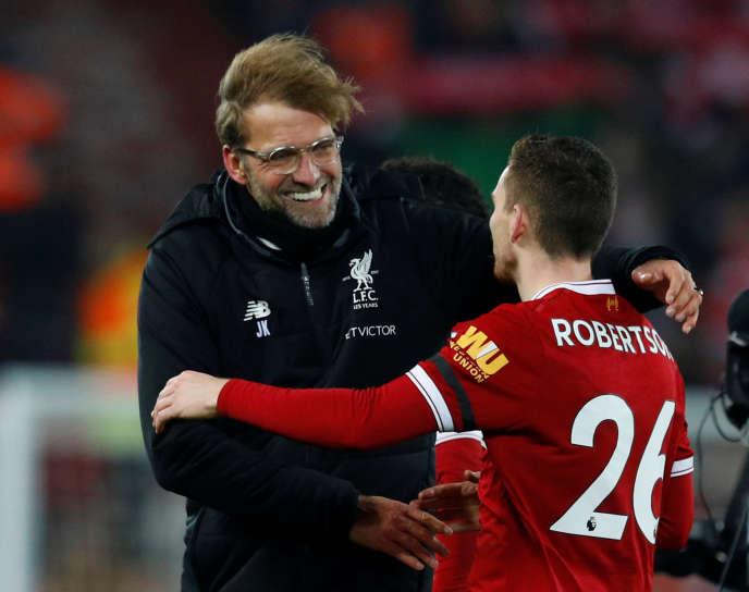 Jürgen Klopp félicite Andrew Robertson pour la victoire de Liverpool face à Manchester City