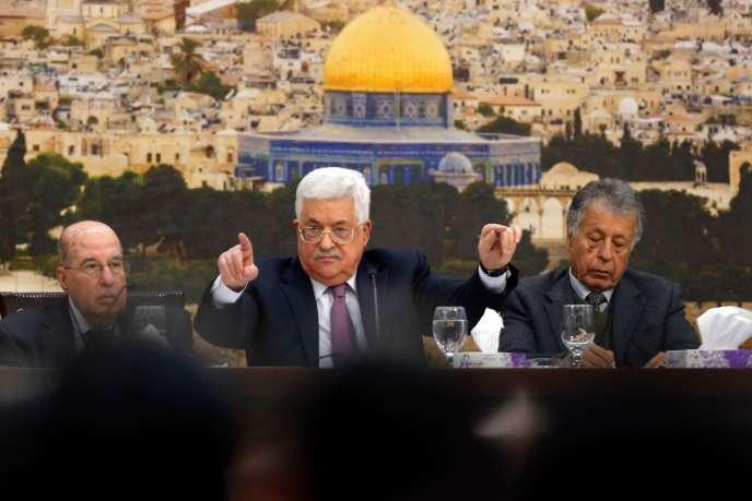 Le président palestinien Mahmoud Abbas, au centre, lors d'une réunion à Ramallah le 14 janvier.