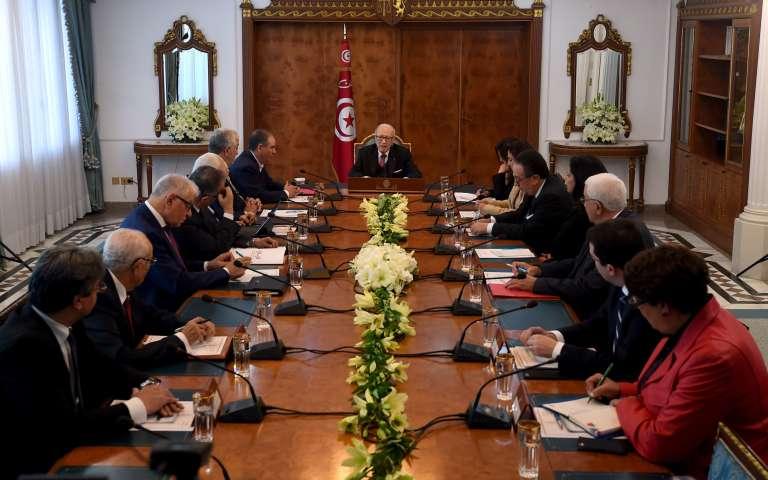Les représentants des partis politiques, des syndicats et du patronat réunis par le président Béji Caïd Essebsi, à Tunis, le 13 janvier.