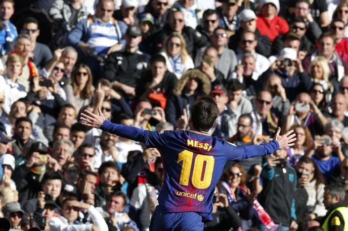 Lionel Messi célèbre un but lors du match entre FC Barcelone et Réal Madrid, au stade Santiago Barbabeu, à Madrid, le 23 décembre 2017.