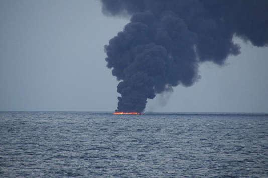 Des hydrocarbures en flammes à la surface de la mer de Chine après le naufrage du «Sanchi», le 15 janvier.