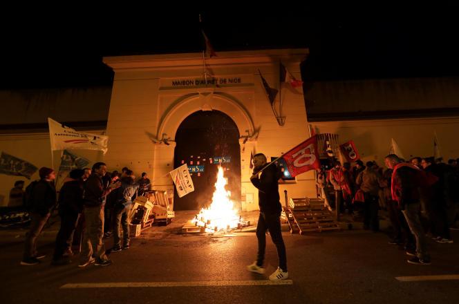 « S'il y a toujours une part de stratégie syndicale, voire électorale, dans la façon de monter en épingle un événement plus qu'un autre, la réponse du terrain ne trompe pas sur l'état du climat social dans les prisons». (Photo : Blocage de la maison d'arrêt de Nice (Alpes-Maritimes) lundi 15 janvier).
