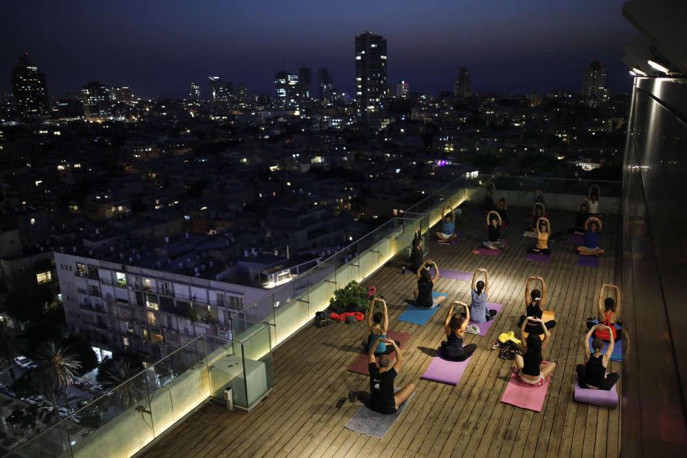Des habitants participent à un cours de yoga sur le toit de la mairie, le 19 octobre 2017.