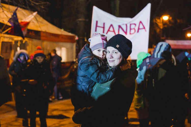 Agnieszka, 33 ans, et Zosia, 7 ans. «Je suis pour la libéralisation de l'avortement, comme la loi le permet dans de nombreux pays où l'on peut avorter jusqu'à 12 semaines de grosesse. »