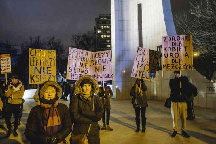La proposition de libéralisation de l'avortement a été rejetée à neuf voix près en première lecture, alors que 39 élus des partis libéraux étaient absents lors du vote. Furieux, des défenseurs des droits des femmes ont manifesté le week-end du 13 janvier à Varsovie pour dénoncer une«honte».