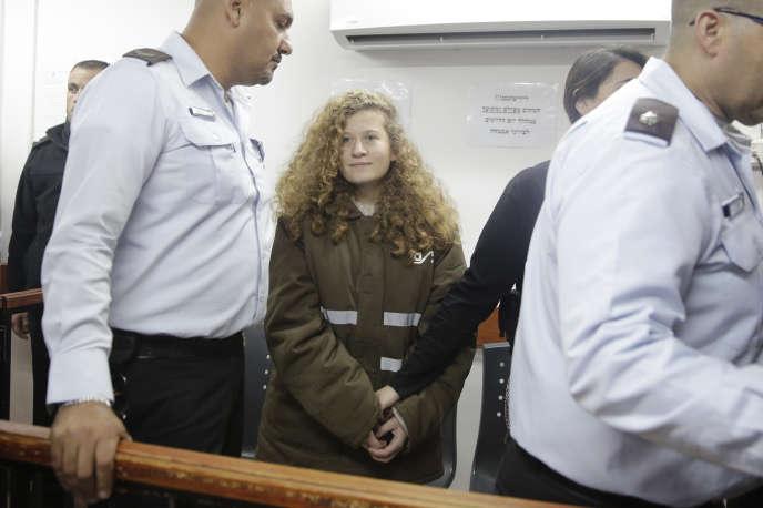 La jeune activiste palestinienne, Ahed Tamimi, le 15 janvier devant le tribunal militaire d'Ofer, en Cisjordanie occupée.