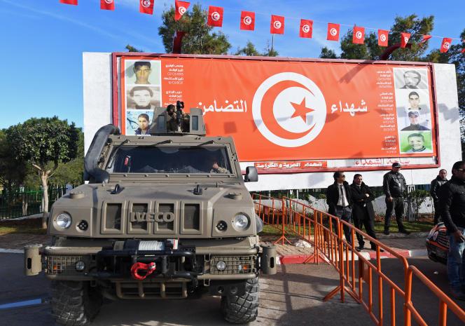 Des forces spéciales tunisiennes montant la garde à Ettadhamen, le 14 janvier 2018.