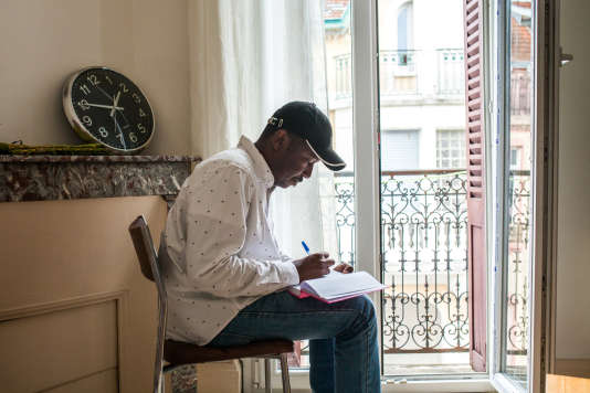 Ali tient un journal intime où il consigne des réflexions sur son pays d'origine, le Soudan, et sur sa vie en France. Ici dans son appartement à Vichy, le 11 septembre 2017.