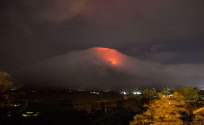 Le cratère du Mayon s'est réveillé, lundi 15 janvier, aux Philippines, menant à l'évacuation de la population alentour.