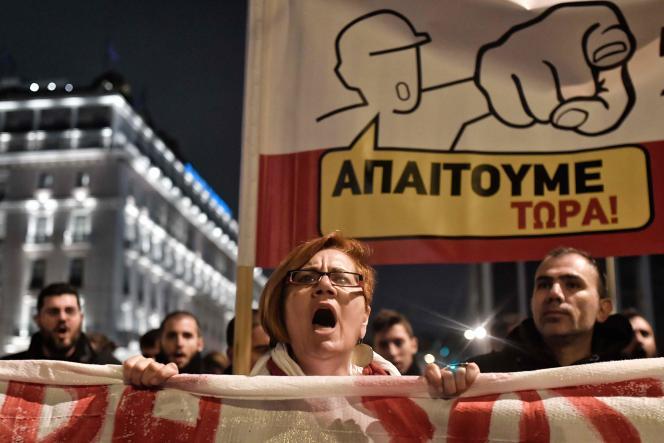 Une manifestante chante des slogans devant le Parlement grec pour protester contre un nouveau train de réformes, le 15janvier à Athènes.