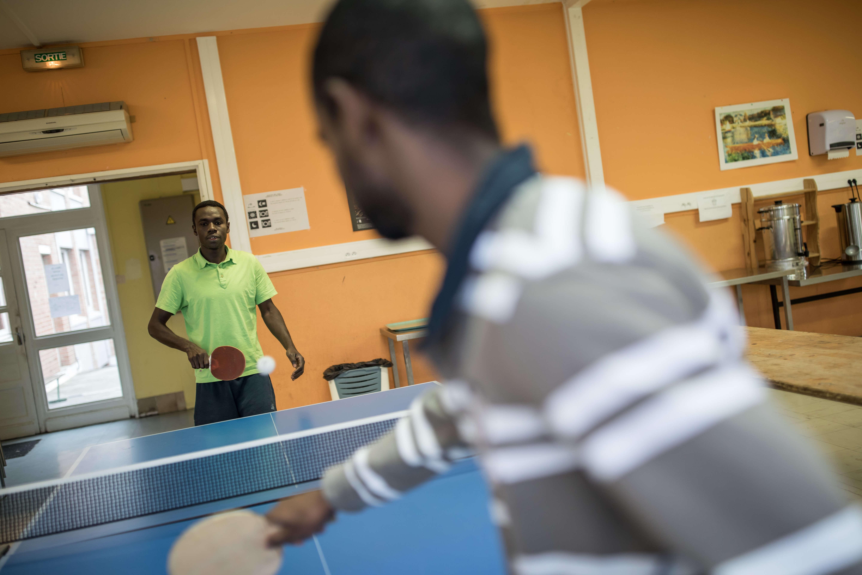 Partie de ping-pong au centre d'accueil et d'examen des situations de Croisilles. Une soixantaine de migrants sont accueilis, pour une capacité de 70 places.