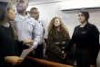 Ahed Tamimi est amenée à la salle d'audience à l'intérieur de la prison militaire d'Ofer, près de Jérusalem, lundi 15 janvier 2018.