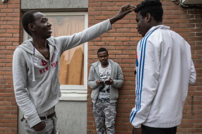 Des migrants à l'extérieur du centre d'accueil et d'examen des situations de Croisilles (Pas-de-Calais).