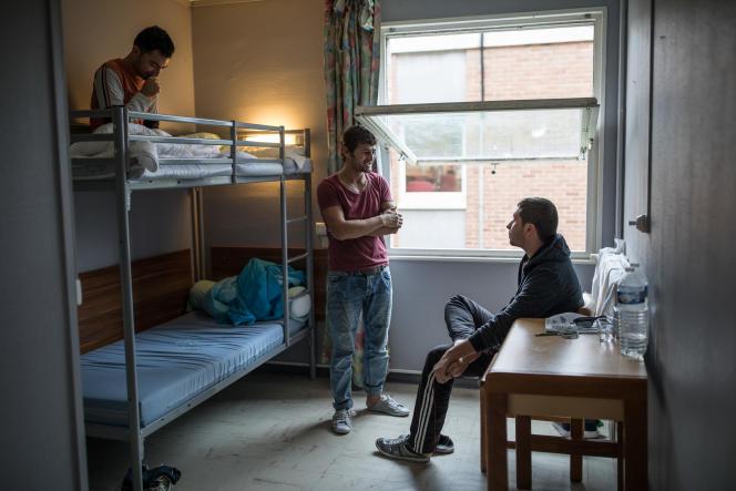 Au centre d'accueil et d'examen des situations de Croisilles, le 13 janvier. Ici, trois afghans qui ont passé plusieurs mois dans la «jungle» de Calais sont hébergés.