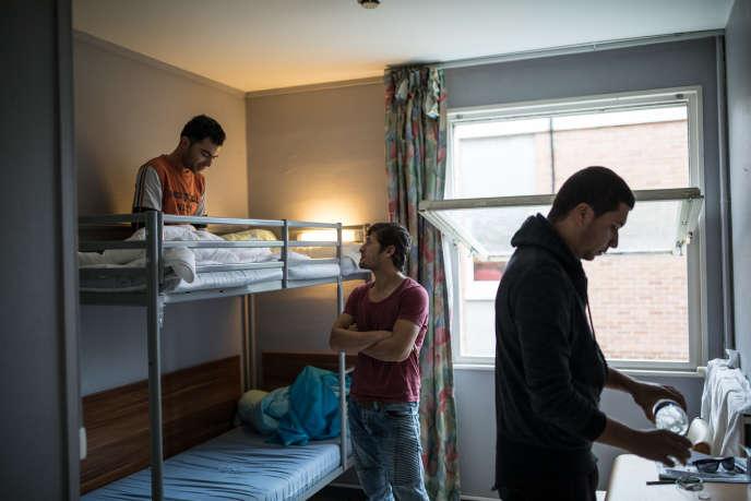 Au centre d'accueil et d'examen des situations (CAES) de Croisilles, près d'Aras, le 13janvier. Le lieuaccueille une soixantaine de migrants, pour une capacité de soixante-dix places. Ici, trois afghans qui ont passé des mois dans la jungle de Calais.