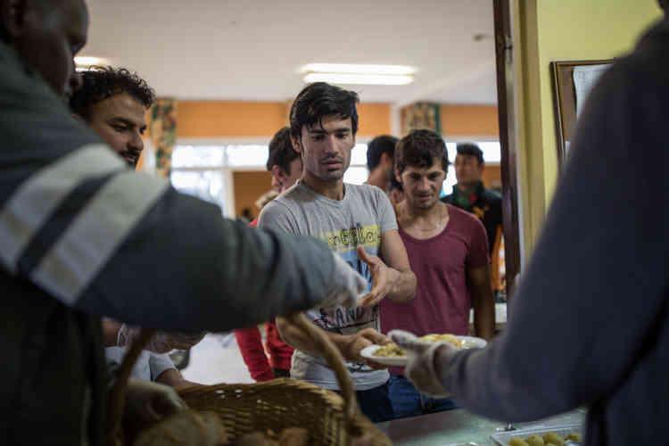 Le repas est servi par des migrants accompagnés d'un travailleur social.