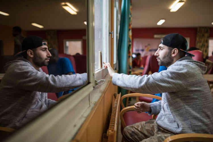 « Qu'est-ce que je dois faire ? Est-ce qu'ils vont me renvoyer en Autriche si je reste ici ? », demande Khalid, un jeune Irakien.