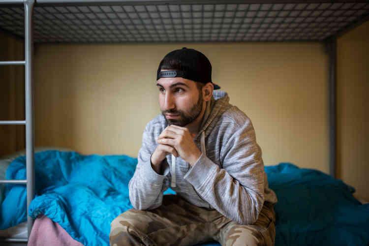 Khalid est irakien. Il était membre des forces spéciales irakiennes dans la guerre contre L'organisation Etat islamique.Dans la penderie, une unique veste, prête à être enfilée, et, plus loin, un ordinateur stoppé en plein film. Tout semble en pause dans la chambre de Khalid.