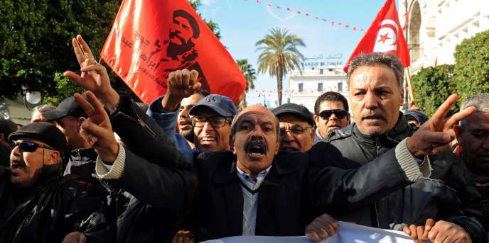 Manifestation contre le gouvernement devant le siège de l'UGTT, le principal syndicat tunisien, à Tunis le 14 janvier 2018.