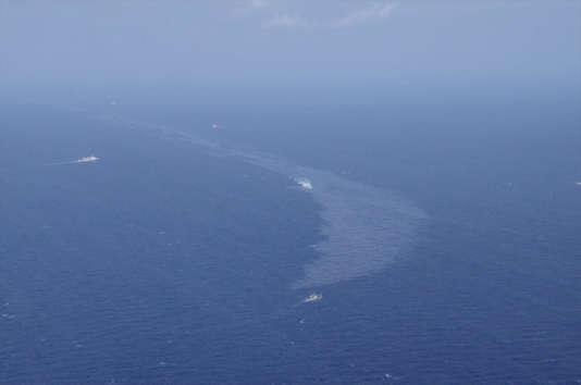 Les condensats contenus dans le «Sanchi» répandent une nappe d'huile en surface qui s'étend très rapidement.