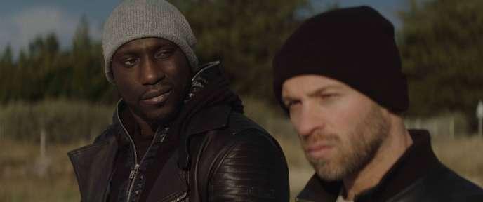 Franck Gastambide (droite) et Moussa Mansaly dans le film « La Surface de réparation»de Christophe Régin.
