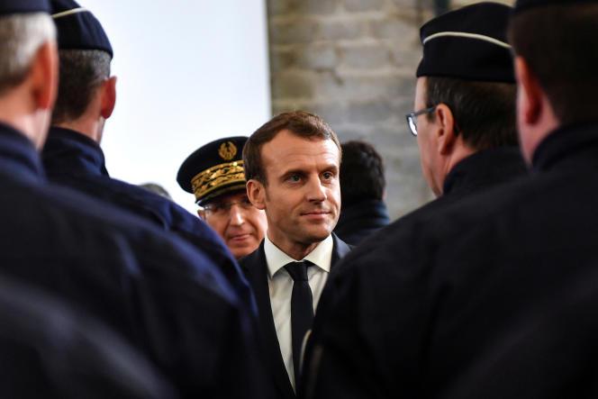 Emmanuel Macron rencontre les forces de police pendant sa visite à Calais, le 16 janvier.