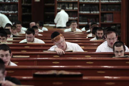 Des haredim étudient les textes religieux dans une synagogue à Jérusalem, le 7 avril 2011.