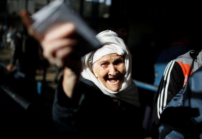Une réfugiée palestinienne lors d'une distribution alimentaire de l'ONU, à Gaza, le 15 janvier.
