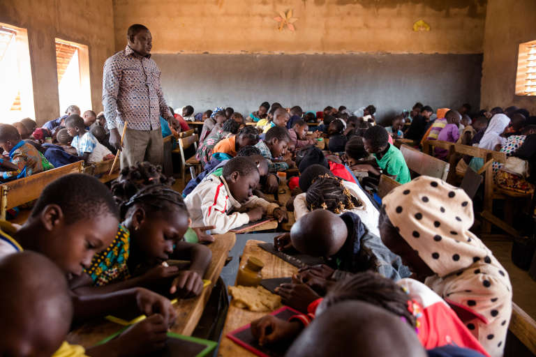 Maxime Sou gère une classe de CE2 de 132 élèves dans l'école Kua C de Bobo-Dioulasso.