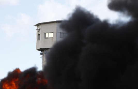 Des feux ont été allumés devant la prison de Vendin-le-Vieil, le mardi 16 janvier.