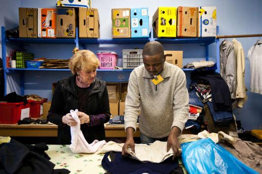 Ali se rend plusieurs fois par semaine au Secours catholique de Vichy pour trier des vêtements et réparer les objets vendus à la boutique solidaire au profit des plus démunis. Ici le 22septembre 2017.