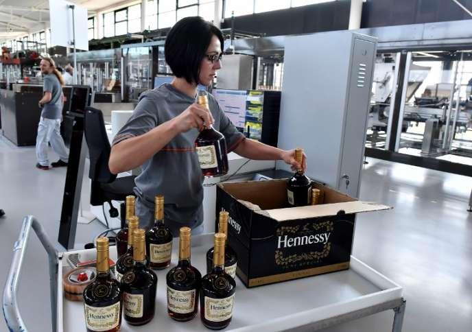 A l'usine d'assemblage du Cognac Hennessy, à Salle-d'Angles (Charente), le 18 octobre 2017.