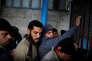 Des réfugiés palestiniens attendent, dans la camp As-Chati, au centre de distribution alimentaire des Nations unies, le 15 janvier.