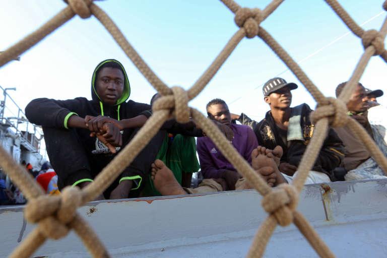Des migrants clandestins à Tripoli, en Libye, le 16décembre 2017.