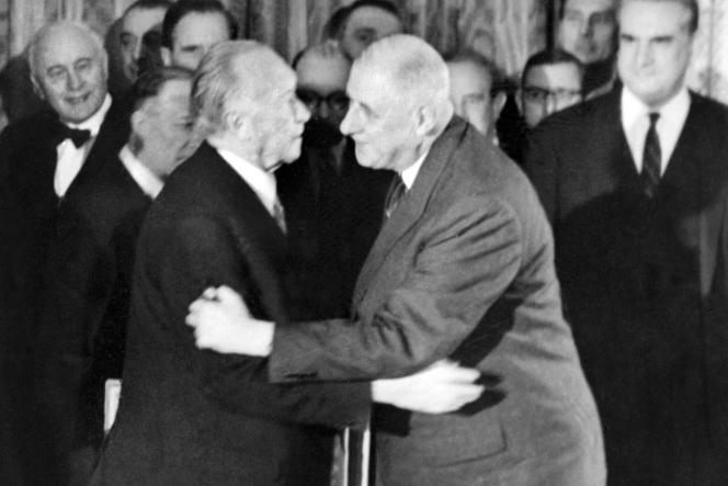 Le général de Gaulle (à droite) embrasse le chancelier allemand Konrad Adenauer après la signature du traité de coopération franco-allemand, le 22 janvier 1963, dans le salon Murat du Palais de l'Elysée à Paris.