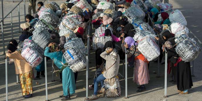 Des «femmes-mulets» prêtes à quitter Ceuta, l'enclave espagnole au Maroc, le 20septembre 2017.