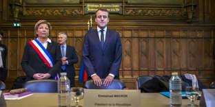 Natacha Bouchart et Emmanuel Macron participent à une réunion avec des élus de la région de Calais à l'Hotel de Ville de Calais, mardi 16 janvier 2017 - 2018©Jean-Claude Coutausse / french-politics pour Le Monde