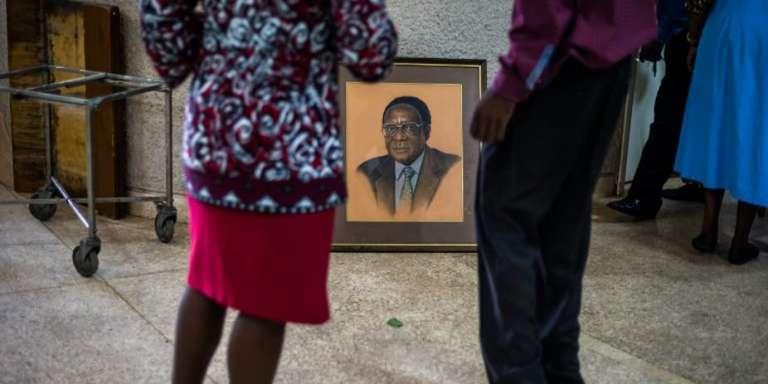 Un portrait remisé de l'ancien président zimbabwéen Robert Mugabe, mi-décembre 2017, à Harare, au siège de son parti, la ZANU-PF.