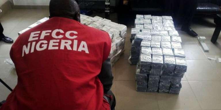 Un agent de l'agence anti-corruption nigériane, l'EFCC, devant une saisie d'argent à Kaduna (nord-ouest), en novembre 2017.