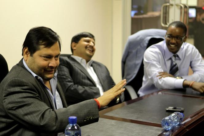 Les frères Ajay et Atul Gupta avec Duduzane Zuma, le fils du président sud-africain, le 4 mars 2011.