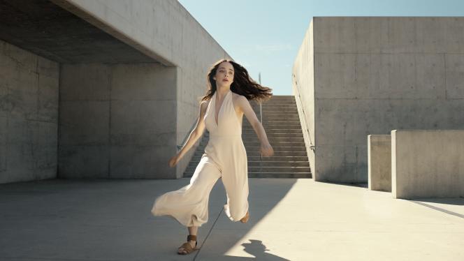 Chez Nuxe, la danseuse Allegra Preussincarne le retour à l'authenticité.