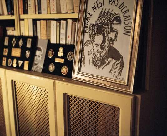 Dans le bureau de François Sureau, des insignes des régiments de la Légion étrangère, une photo de son parrain, Michel Klein, un héros de la France Libre, et un dessin de sa fille Maryam.