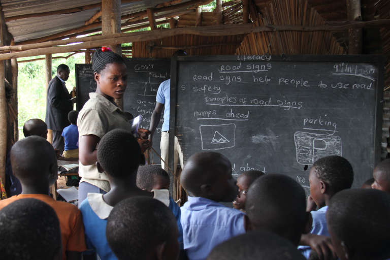 Dans une petite école de brousse de la région de Hoima, l'apprentissage est à l'image du système éducatif ougandais : ambitieux, mais encore très précaire.