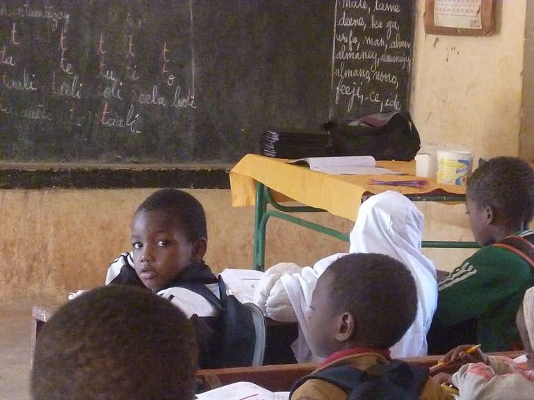 La classe de CIB de l'école Madina 3 à Niamey. Les enfants y apprennent leur leçon en zarma, la langue parlée à L'ouest du Niger.