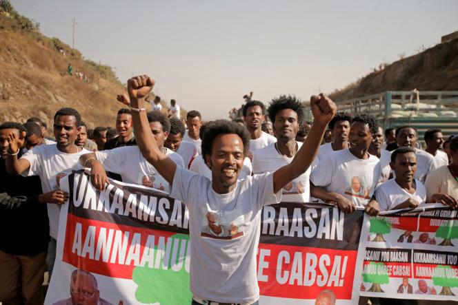 La foule vient acclamer Merera Gudina, le président du Congrès fédéraliste oromo, le 17 janvier, après sa libération.